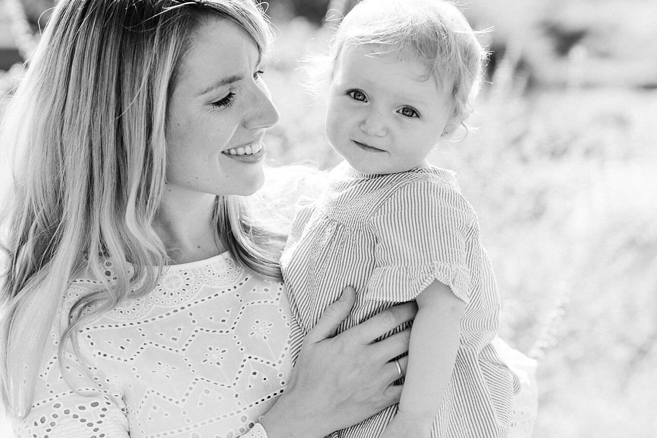Rebecca Conte Fotografie: Sommerliche Familienbilder im Abendlicht 13