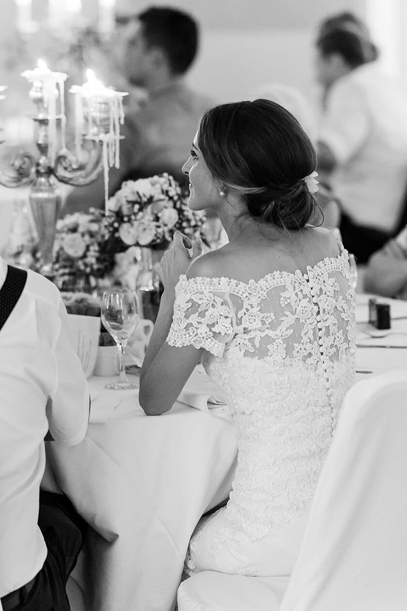 Rebecca Conte Fotografie Stuttgart: Braut am Tisch