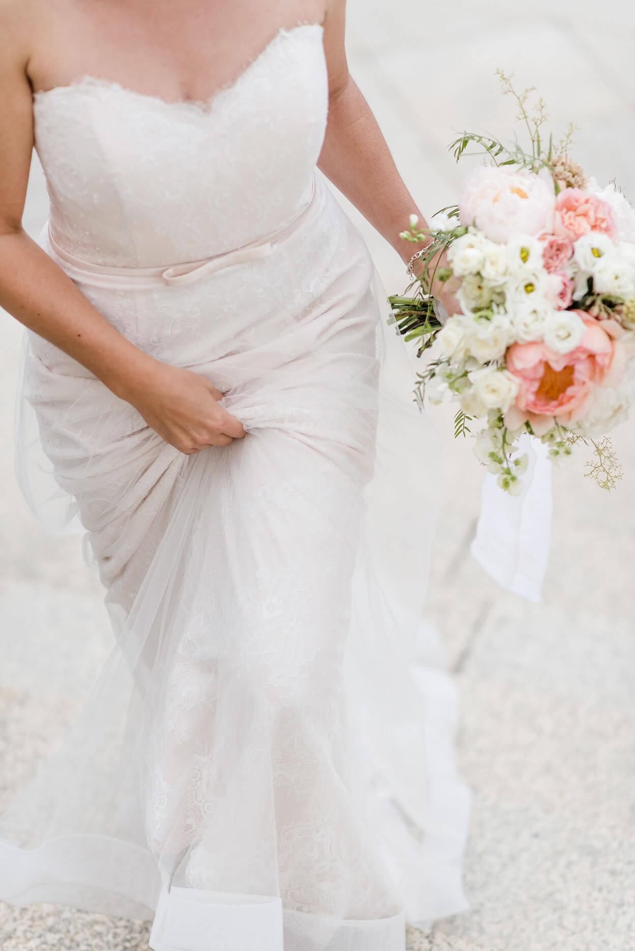 Rebecca Conte Fotografie Stuttgart: Braut mit Strauß